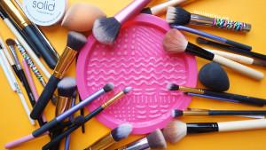 Limpieza-de-brochas-para-maquillaje-plato-silicón